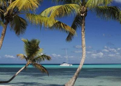 An excursion with a catamaran along beautiful beaches