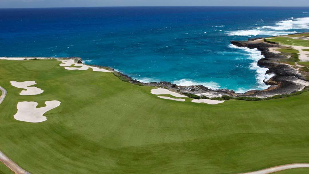 Einer der Golfplätze in der Dominikanischen Republik direkt am Meer