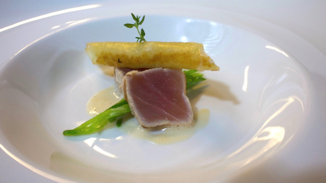 Creamy cider soup with grilled tuna and a crispy cabbage bar