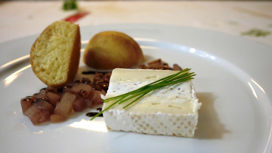 Brie de Meaux with truffles, Pear compote, brioche
