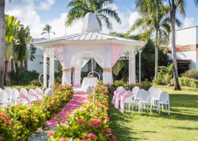 Destination wedding in the tropical garden of the all-inclusive hotel Ocean Blue & Sand in Punta Cana, Dominican Republic