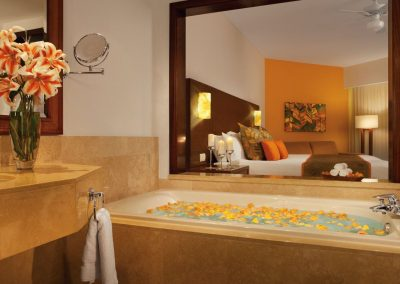 Bathroom with Jacuzzi of the Deluxe Rooms at the all inclusive hotel Now Larimar in Punta Cana, Dominican Republic