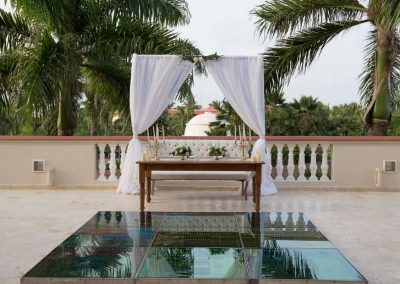 Sweetheart table for a wedding reception at the all-inclusive hotel Dreams Punta Cana in the Dominican Republic