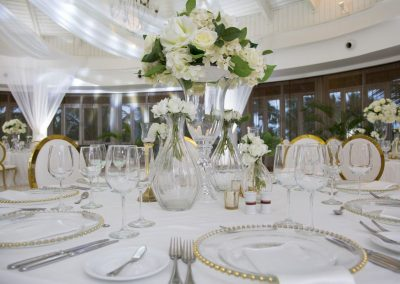 Elegant table decoration for a wedding at the all-inclusive hotel Dreams Punta Cana in the Dominican Republic