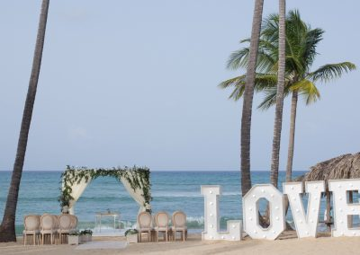 Beautiful beachfront wedding ceremony at the all-inclusive hotel Dreams Punta Cana in the Dominican Republic
