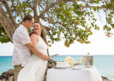 Sparkling wine and wedding cake for two after renewing your vows on the beach of the all-inclusive hotel Dreams Dominicus La Romana in Bayahibe