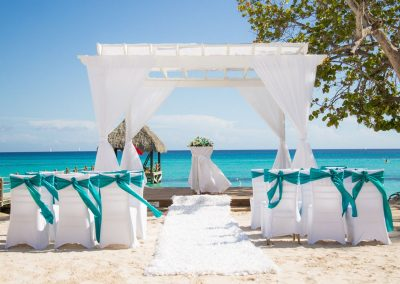 Simple but beautiful beachfront wedding at the all-inclusive hotel Dreams Dominicus La Romana in Bayahibe